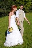Mariée et marié en stationnement Photo libre de droits