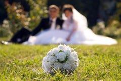 Mariée et marié en stationnement (réchauffeur) Photographie stock libre de droits