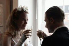 Mariée et marié grillant le champagne Photos libres de droits