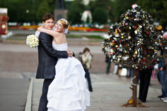 Mariée et marié heureux à la promenade de mariage Images stock