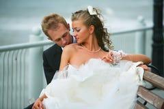 Mariée et marié heureux images stock
