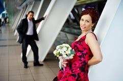 Mariée et marié heureux au centre de Bussines Images libres de droits