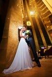 Mariée et marié heureux dans le hall moderne d'hôtel Photographie stock