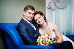 Mariée et marié heureux en jour du mariage Image libre de droits