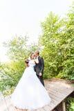 Mariée et marié heureux leur jour du mariage Photo stock