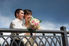 Mariée et marié heureux sur la promenade de mariage Images stock