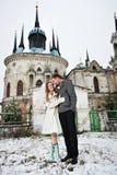 Mariée et marié heureux sur le fond du temple Photographie stock libre de droits