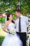 Mariée et marié joyeux près des bouleaux Image stock