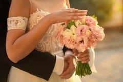 Mariée et marié leur jour du mariage Photographie stock libre de droits