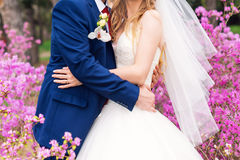 Mariée et marié leur jour du mariage Couples élégants de mariage posant ensemble dehors sur apprécier de jour du mariage romantiq Photographie stock