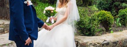 Mariée et marié leur jour du mariage Couples élégants de mariage posant ensemble dehors sur apprécier de jour du mariage romantiq Images stock