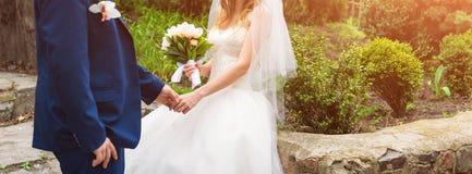 Mariée et marié leur jour du mariage Couples élégants de mariage posant ensemble dehors sur apprécier de jour du mariage romantiq Image libre de droits