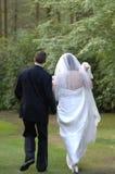 Mariée et marié marchant loin Images libres de droits