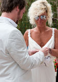 Mariée et marié permutant des boucles Photo stock