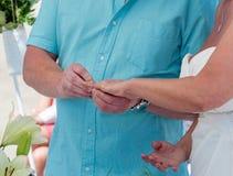 Mariée et marié permutant des boucles Photo libre de droits