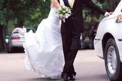 Mariée et marié près de limousine Images libres de droits
