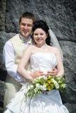 Mariée et marié près du mur images libres de droits