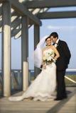 Mariée et marié restant ensemble. Image libre de droits