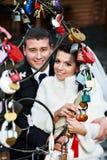 Mariée et marié romantiques au sujet des blocages des amoureux Image libre de droits