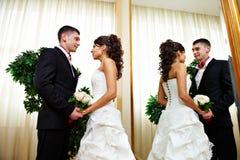 Mariée et marié romantiques près de miroir Photos stock