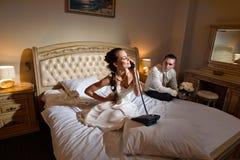 Mariée et marié se trouvant sur le bâti Image libre de droits