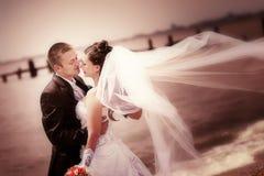 Mariée et marié sur la côte images stock