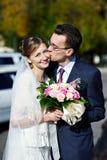 Mariée et marié sur la promenade de mariage Photographie stock