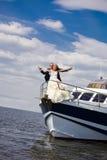 Mariée et marié sur un yacht photo stock