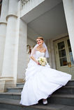 Mariée heureuse avec le bouquet de mariage Photographie stock