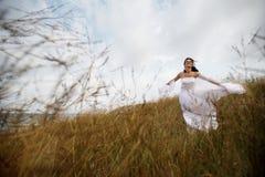 Mariée heureuse d'été en nature Image libre de droits