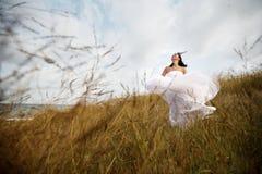 Mariée heureuse d'été en nature Photos stock