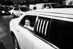 Mariée heureuse dans la limousine de mariage Photo stock
