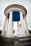 Mariée heureuse dans la robe de mariage avec le bouquet Image libre de droits
