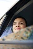 Mariée heureuse dans un véhicule de mariage Photos stock
