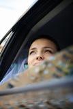 Mariée heureuse dans un véhicule de mariage Image libre de droits