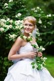 Mariée heureuse en robe et fleurs de mariage Photo libre de droits