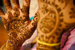 Mariée indienne de mariage obtenant le henné appliqué Photos libres de droits