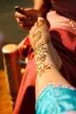 Mariée indienne de mariage obtenant le henné appliqué Photographie stock libre de droits