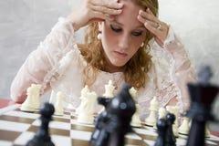 Mariée jouant aux échecs Image stock