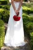 Mariée marchant loin sur la promenade de jardin Photographie stock