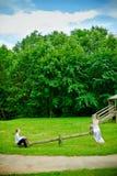 Mariée, marié et balançoir Photos libres de droits