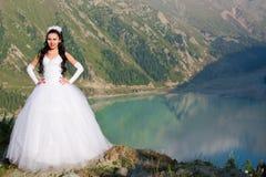 Mariée mariée de femme sur la nature photos stock