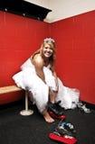 Mariée mettant sur des patins de glace Photographie stock libre de droits