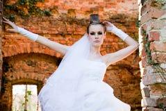 Mariée par le mur en pierre Image libre de droits