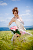 Mariée posant dans le domaine image stock