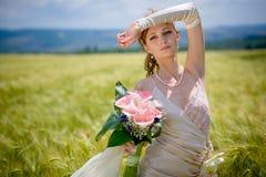 Mariée posant dans le domaine photographie stock libre de droits