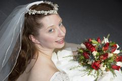 Mariée regardant au-dessus de l'épaule Photo libre de droits
