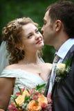 Mariée regardant dans les yeux du marié photo libre de droits