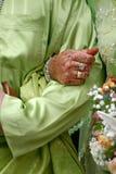 Mariée retenant la main serrée de marié Photos stock