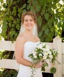 Mariée retenant un bouquet images stock